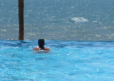 Pool-Swim-towards-infinity